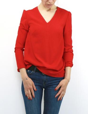patron de couture Blouse Idylle réalisée dans un crêpe rouge, vue de face portrait américain