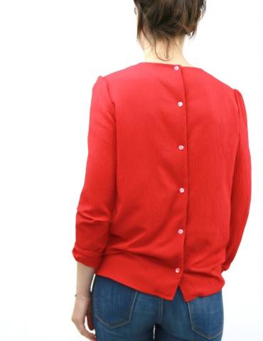 patron de couture Blouse Idylle réalisée dans un crêpe rouge, vue de dos