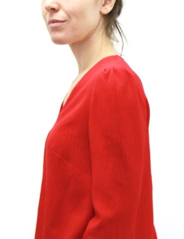 patron de couture Blouse Idylle réalisée dans un crêpe rouge, vue de profil