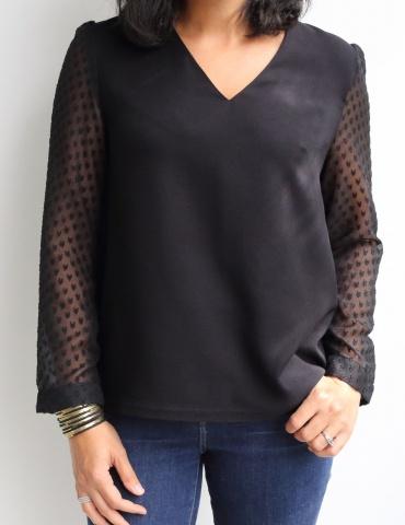 patron de couture Blouse Idylle réalisée en soie noir avec manches en résille plumetis noire, vue de face portrait américain