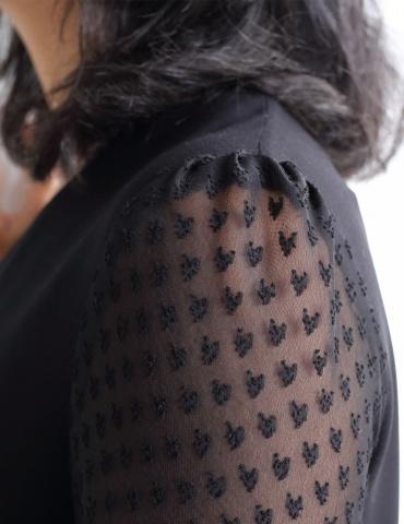 patron de couture Blouse Idylle en soie noir avec manches en résille plumetis noire, focus sur les plis de la tête de manche