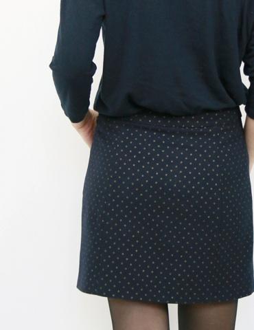 patron de couture Jupe courte Novembre réalisée dans un lainage marine à pois dorés France Duval Stalla, vue de dos