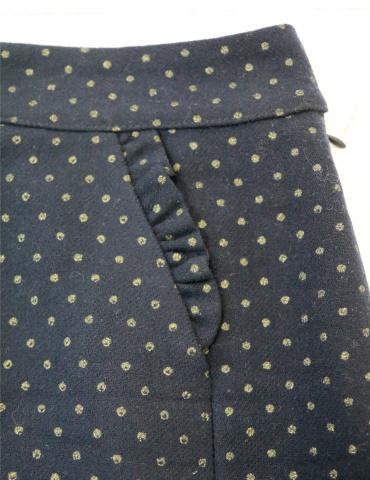 patron de couture Jupe courte Novembre réalisée dans un lainage marine à pois dorés, focus sur les froufrous de la poche
