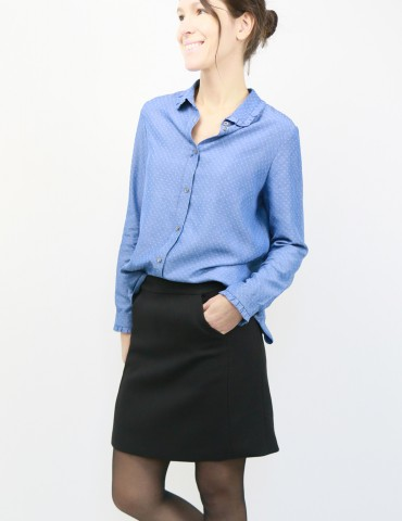 patron de couture Jupe Novembre en lainage noir portée avec la chemise Liseron en jean, vue de 3/4