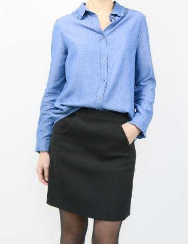 patron de couture Jupe Novembre en lainage noir portée avec la chemise Liseron en jean, vue de face