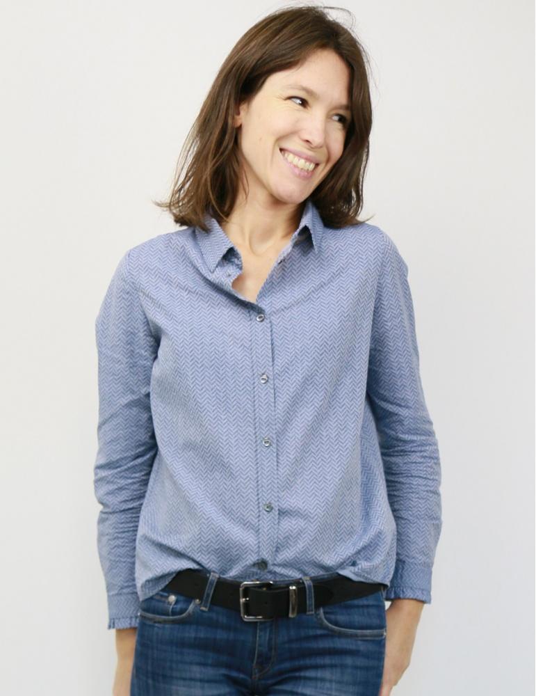 Chemise Liseron dans un tissu bleu clair à chevrons bleus foncés pailletés de chez Printstand, portrait américain