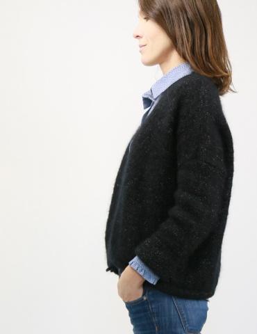 patron de couture Chemise Liseron dans un tissu bleu clair de chez Printstand, porté avec un gilet noir Des Petits Hauts