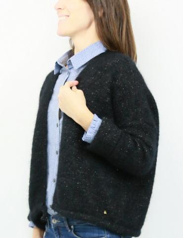 patron de couture Chemise Liseron dans un tissu bleu clair de chez Printstand, porté avec un gilet noir Des Petits Hauts, vue de profil