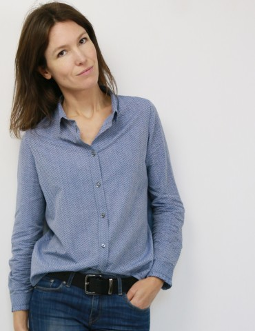 patron de couture Chemise Liseron dans un tissu bleu clair à chevrons bleus foncés pailletés de chez Printstand, portrait américain
