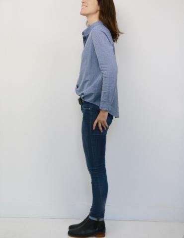 patron de couture Chemise Liseron dans un tissu bleu clair à chevrons bleus foncés pailletés de chez Printstand, vue en pied