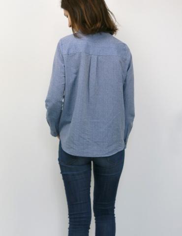 patron de couture Chemise Liseron dans un tissu bleu clair à chevrons bleus foncés pailletés de chez Printstand, vue de dos