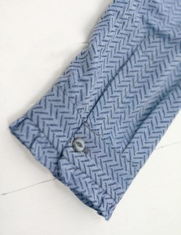 patron de couture Chemise Liseron dans un tissu bleu clair à chevrons bleus foncés pailletés Printstand, focus poignet avec fente capucin