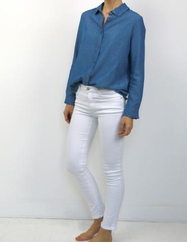 patron de couture Chemise Liseron dans une viscose bleu jean de chez Cousette porté avec un jean blanc