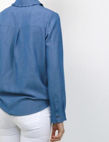 patron de couture Chemise Liseron dans une viscose bleu jean de chez Cousette porté avec un jean blanc, vue 3/4 dos