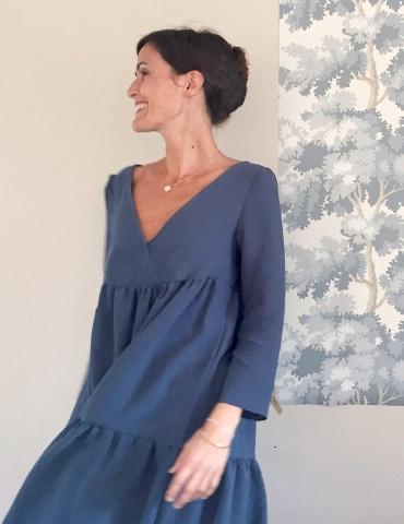 patron de couture Modèle Eugenie version robe porté par la fameuse Eugeniiiiiie, dans un tissu bleu canard