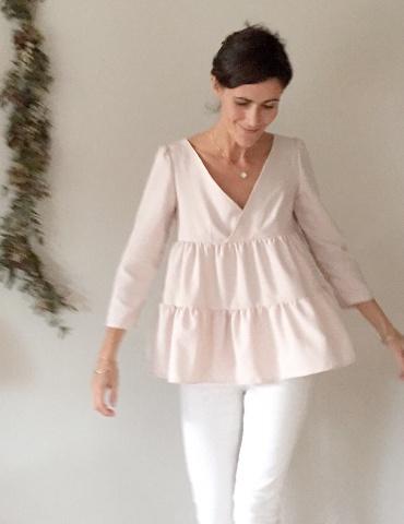 patron de couture Modèle Eugenie version blouse à 2 volants porté par la fameuse Eugeniiiiiie, dans un tissu nude France Duval Stalla