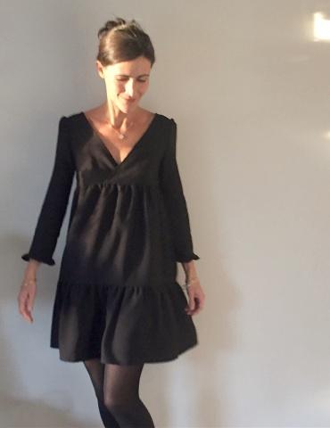 patron de couture Modèle Eugenie version robe, porté par la fameuse Eugeniiiiiie, dans un tissu noir