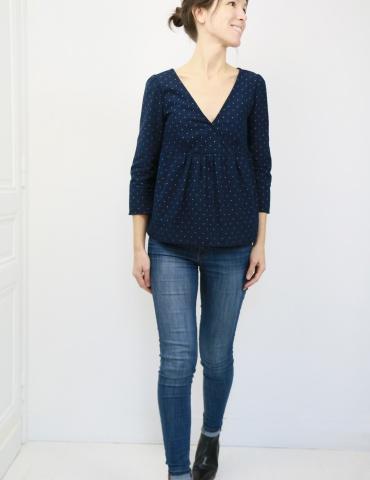patron de couture Modèle Eugenie version blouse dans une flanelle marine à pois dorés France Duval Stalla, vue de face en pied