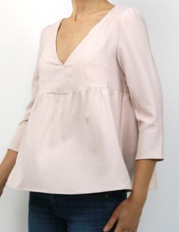 patron de couture Modèle Eugenie version blouse dans une viscise nude France Duval Stalla, vue de 3/4 face