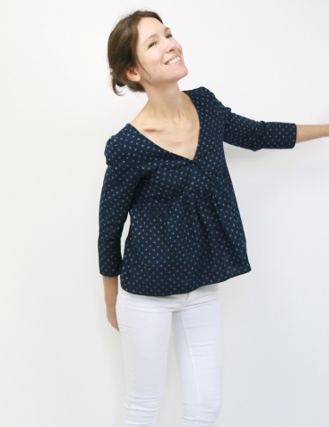 Modèle Eugenie version blouse dans un coton japonais DIY District, vue de 3/4 face