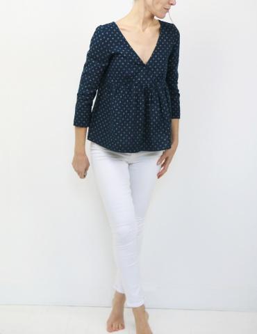 patron de couture Modèle Eugenie version blouse dans un coton japonais DIY District, vue en pied, et pieds nus