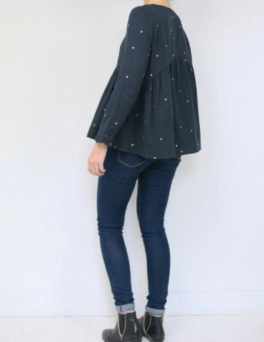 patron de couture Blouse Virevolte en double gaze stardust Atelier Brunette, version blouse manches longues, vue en pied de dos
