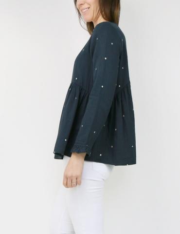 patron de couture Blouse Virevolte en double gaze stardust Atelier Brunette, version blouse manches longues, vue de 3/4 portrait américain