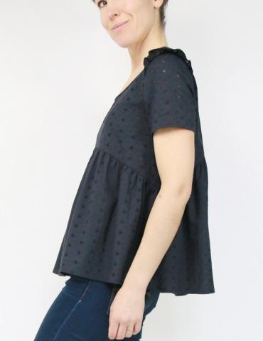 patron de couture Blouse Virevolte en broderie anglaise noire, version blouse manches courtes, vue de profil