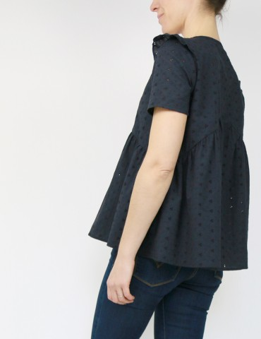 patron de couture Blouse Virevolte en broderie anglaise noire, version blouse manches courtes, vue de dos 3/4 dos