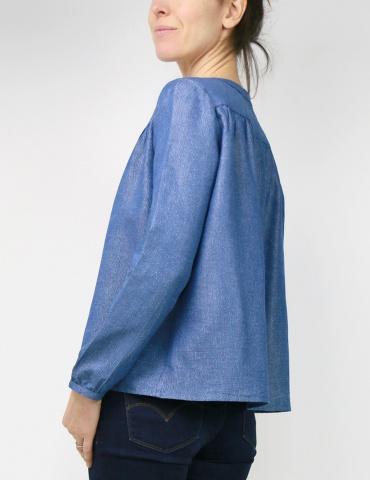 Blouse Envol réalisée dans le tencel jean lurex de chez France Duval Stalla, portrait américain 3/4 dos