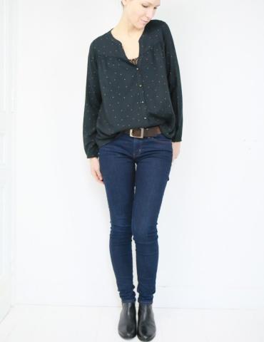 Blouse Envol réalisée dans la viscose noire à pois dorés de chez Un chat sur un fil, vue en pied blouse rentrée dans le jean