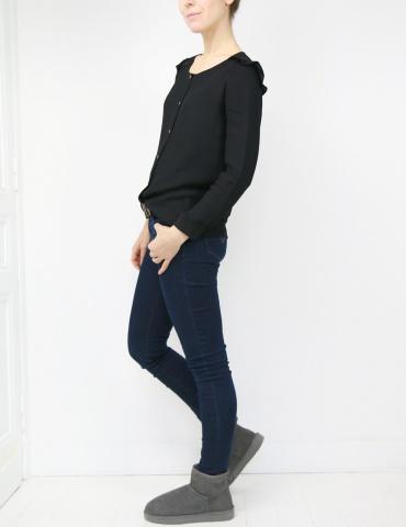 patron de couture Blouse Vertige réalisée dans un crêpe noir avec empiècement en dentelle, vue en pied de profil