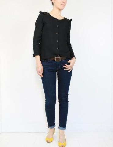 patron de couture Blouse Vertige réalisée dans un crêpe noir avec empiècement en dentelle, vue en pied de 3/4