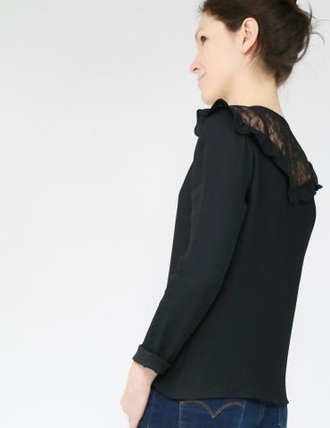 patron de couture Blouse Vertige réalisée dans un crêpe noir avec empiècement en dentelle, portrait américain de profil