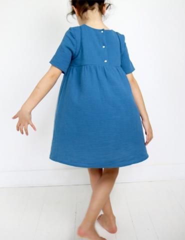 patron de couture Robe Bouton d'or manches courtes réalisée dans une double gaze bleue, vue de dos