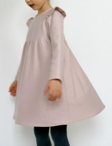 patron de couture Robe Bouton d'or manches longues en sweat Twinkle rose Atelier Brunette, vue de profil en mouvement