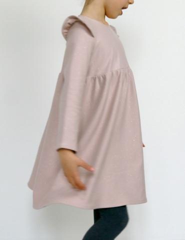 patron de couture Robe Bouton d'or manches longues en sweat Twinkle rose Atelier Brunette, vue de côté en mouvement