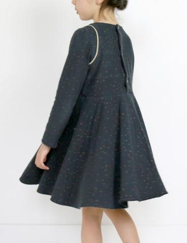 patron de couture Robe Bouton d'or mixée avec la jupe de Petite Lune en sweat Twinkle night Atelier Brunette, vue de dos