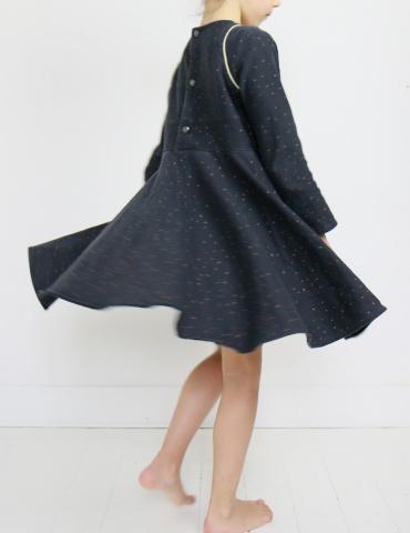 patron de couture Robe Bouton d'or mixée avec la jupe de Petite Lune en sweat Twinkle night Atelier Brunette, vue de la jupe qui tourne