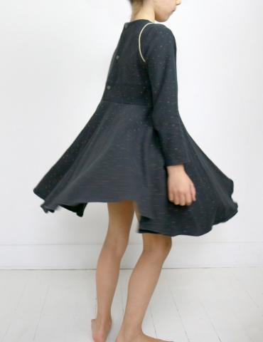 patron de couture Robe Bouton d'or mixée avec la jupe de Petite Lune en sweat Twinkle night Atelier Brunette, vue de profil
