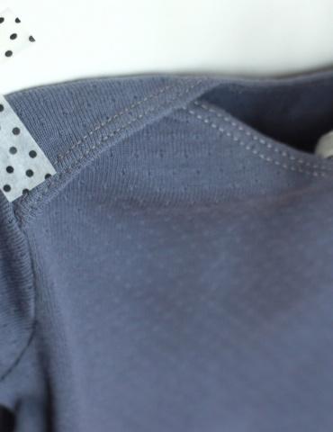 patron de couture T-shirt James réalisé dans le jersey ajouré encre de chez France Duval Stalla, focus sur épaule