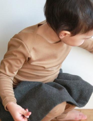 patron de couture T-shirt James réalisé dans un jersey marron clair, vue porté, focus sur l'épaule
