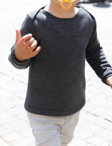 patron de couture T-shirt James réalisé dans un jersey gris chiné, vu porté de face