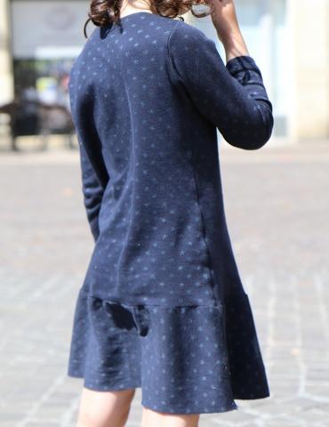 patron de couture James en version robe réalisé dans un jersey bleu marine à étoiles, vue de 3/4 dos porté