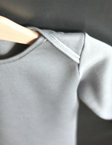 patron de couture T-shirt James réalisé dans un molleton bleu-gris, focus épaule sur cintre