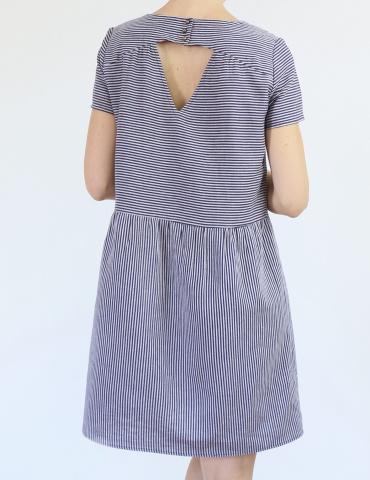 patron de couture Artesane version robe non élastiquée en lin rayé fin marine et blanc de chez France Duval Stalla, vue de dos
