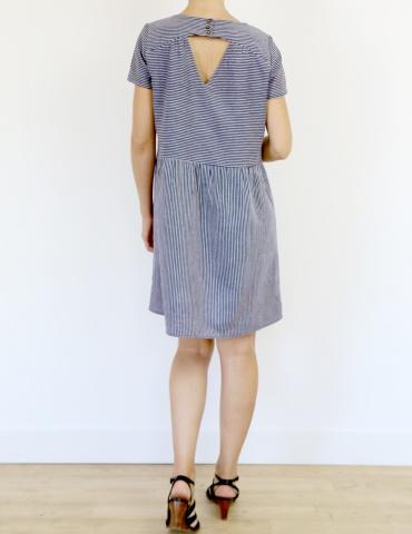 patron de couture Artesane version robe non élastiquée en lin rayé fin marine et blanc de chez France Duval Stalla, vue de dos en pied