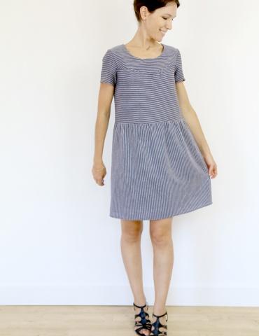 patron de couture Artesane version robe non élastiquée en lin rayé fin marine et blanc de chez France Duval Stalla, vue de face en pied