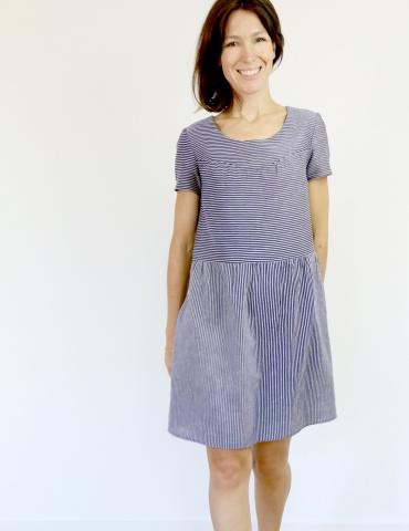 patron de couture Artesane version robe non élastiquée en lin rayé fin marine et blanc de chez France Duval Stalla, vue de face portrait américain