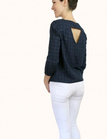 patron de couture Blouse Artesane avec décolleté dos, en double gaze marine à carreaux de chez France Duval Stalla, vue de 3/4 dos